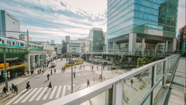 stockvideo's en b-roll-footage met 4 k tijd vervallen van akihabara japan railway station is gelegen in het district centrum van otaku en altijd vol met mensen uit alle hoeken van de wereld - ingang