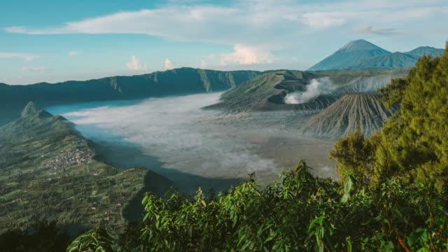 vídeos y material grabado en eventos de stock de tiempo transcurrido del amanecer en el volcán del monte bromo, las magníficas vistas del monte bromo situado en bromo tengger semeru national park, east java, indonesia. - java