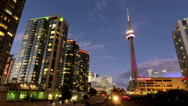 vídeos de stock, filmes e b-roll de tempo-lapso: downtown toronto distrito financeiro arranha-céus - tower