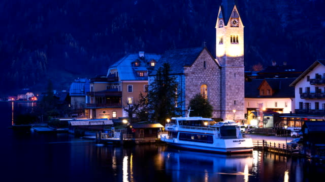 vídeos de stock e filmes b-roll de time-lapse:hallstatt mountain village in the alps, salzkammergut, austria - embarcação comercial