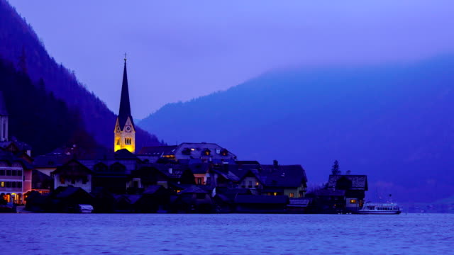 タイムラプス:アルプスのハルシュタット村と夕暮れ時の湖、オーストリア、ヨーロッパ - オーストリア文化点の映像素材/bロール