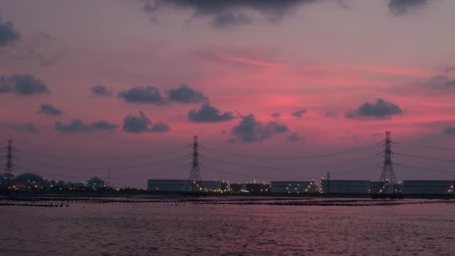 timelapse:High spanning post en industrie zone offshore twilight tijdig