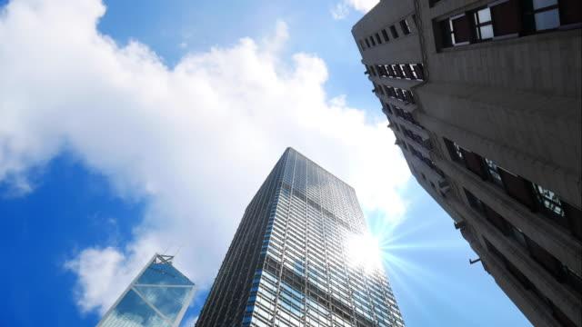 4kタイムラプス、香港の高層ビル、青いsk - 見上げる点の映像素材/bロール