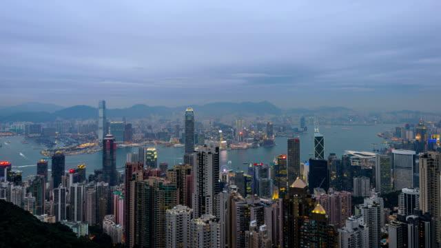 Timelapse-Skyline von Hong Kong Hafen beleuchtet bei Dämmerung vertikale