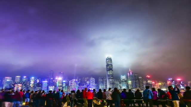4 k-lapse.hong hongkong am victoria harbour - berg victoria peak stock-videos und b-roll-filmmaterial