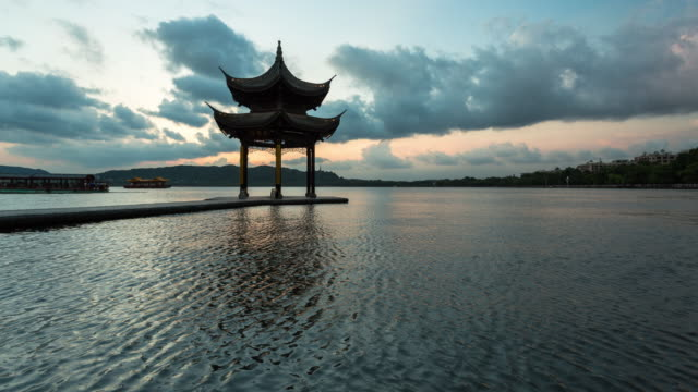 vídeos de stock e filmes b-roll de 4k time-lapse:silhouetted pavilion on the west lake against sunset,hangzhou,china - belveder