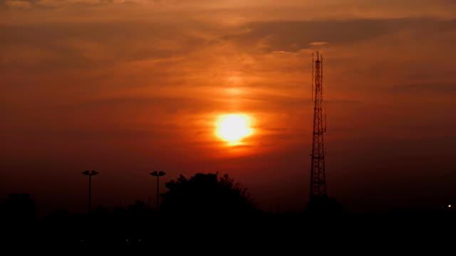 HD Timelapse: pôr do sol lado um pilar de sinalização das telecomunicações.