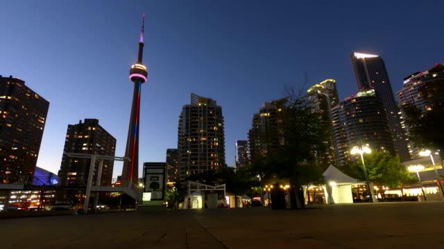 stockvideo's en b-roll-footage met tijd-tijdspanne: toronto downtown wolkenkrabber skyline zonsondergang - cn tower