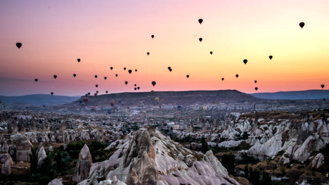 4k timelaps-hot air balloons in morning at cappadocia - türkei stock-videos und b-roll-filmmaterial
