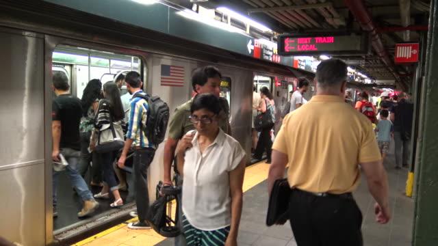 vídeos de stock, filmes e b-roll de times square, #7 subway platform, new york city - bolsa tiracolo bolsa