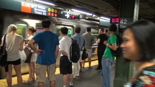 vídeos y material grabado en eventos de stock de times square, #7 subway platform, new york city - veinte segundos o más