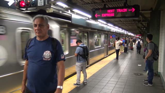 times square, #7 subway platform, new york city - rush hour 2 bildbanksvideor och videomaterial från bakom kulisserna