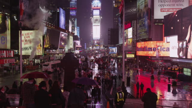 stockvideo's en b-roll-footage met ws tu time's square at night / new york city, new york state,  usa - bescherming