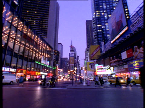 vídeos y material grabado en eventos de stock de times square at night traffic and people crossing the street; new york city - 1996