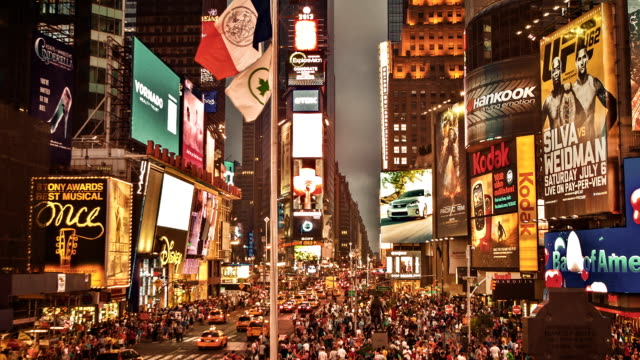 times square di notte - new york stato video stock e b–roll