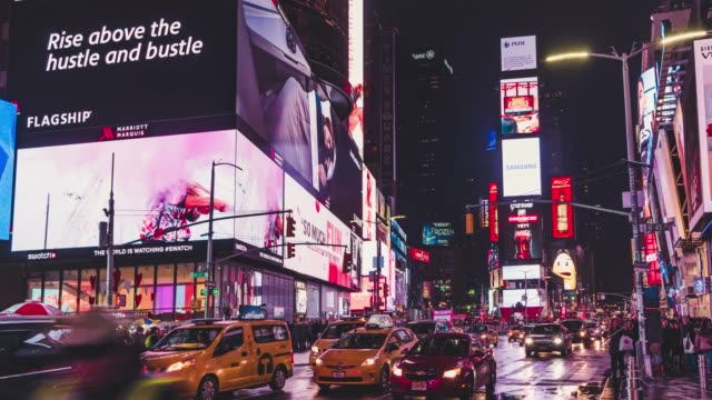vídeos de stock e filmes b-roll de t/l pan times square at night with famous nyc yellow taxis - billboard