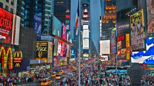 vidéos et rushes de times square panneau d'affichage sur les bâtiments - panneau commercial