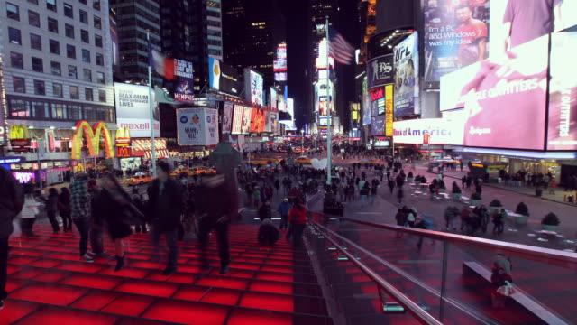 stockvideo's en b-roll-footage met times square bleacher with crowd facing south - vrouwelijke gestalte