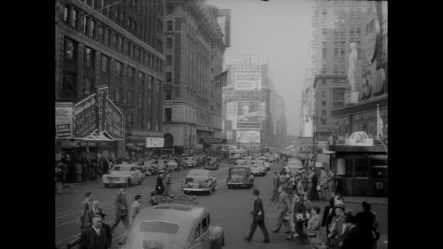 vídeos de stock, filmes e b-roll de 1948 times square cars and people, nyc - 1948