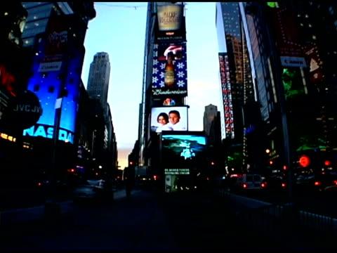 vídeos de stock e filmes b-roll de times square in new york city - painel publicitário eletrónico