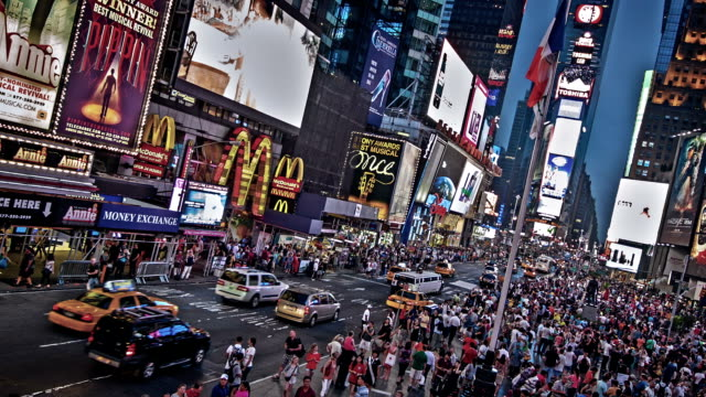 times square di sera - new york stato video stock e b–roll