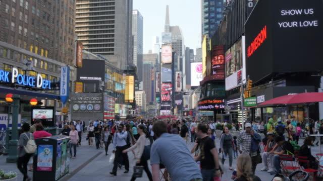 vídeos y material grabado en eventos de stock de times square, manhattan, new york city, new york, usa, north america - letrero de tienda