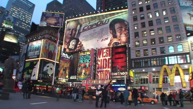 stockvideo's en b-roll-footage met times square, manhattan, new york cityat night with crowds, lights and billboards times square at night with crowds and billboards on january 01,... - salmini