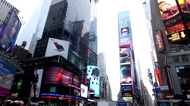 stockvideo's en b-roll-footage met hd vdo: times square, new york city - hd format