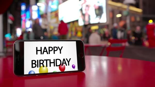 タイムズ スクエア ニューヨーク スマート フォンお誕生日おめでとうお祝い群衆 - 文字点の映像素材/bロール