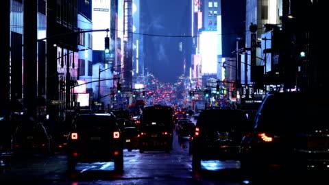 vídeos y material grabado en eventos de stock de tráfico nocturno de times square - 7th avenue