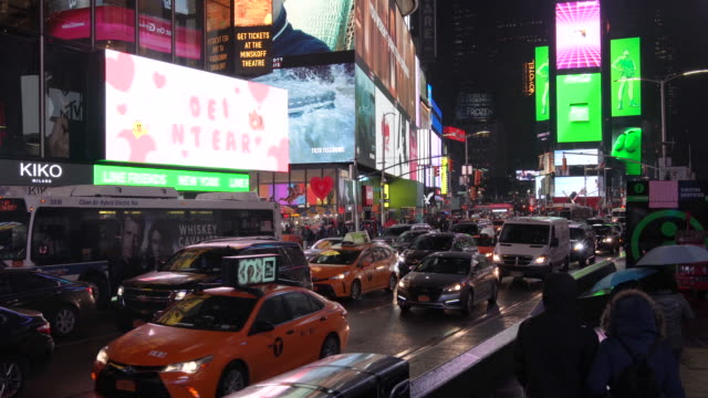 times square an einer regnerischen nacht/new york city, usa - broadway manhattan stock-videos und b-roll-filmmaterial