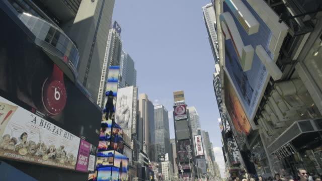 vidéos et rushes de times square panning shot - vue en contre plongée