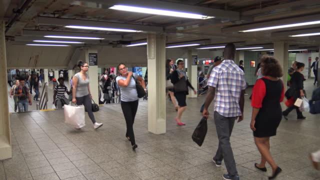 vidéos et rushes de times square, subway viaduct, new york city - heure de pointe metro