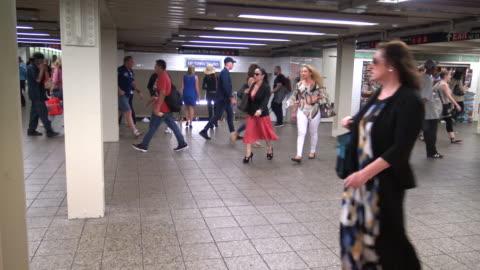 vídeos y material grabado en eventos de stock de times square, subway viaduct, new york city - 7th avenue
