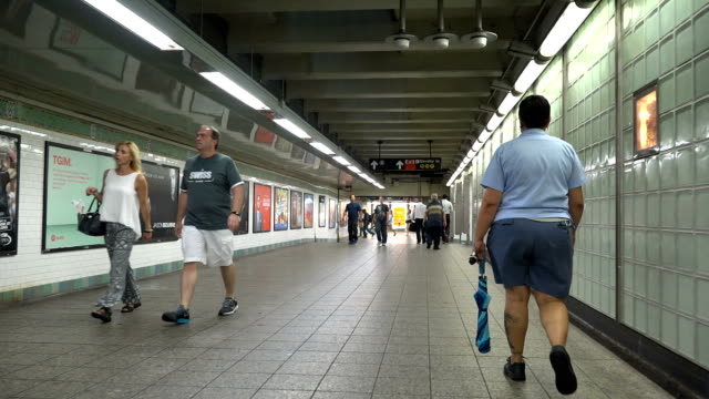 times square, subway walk path, new york city - 階段点の映像素材/bロール