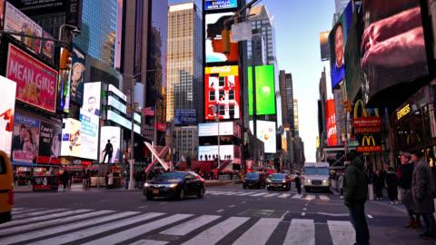 vídeos de stock, filmes e b-roll de times square. tráfego. pedonal. - sinalização digital