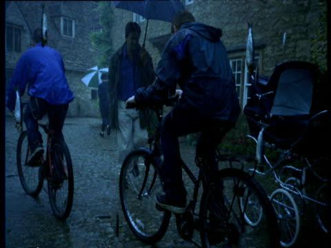 vídeos y material grabado en eventos de stock de timeslice shots of people running as it rains fish, weird - bicicleta vintage
