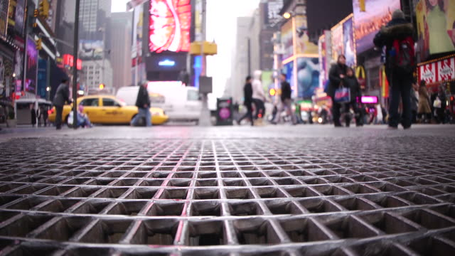 timesquare grate, tourists passing - midtown manhattan stock videos & royalty-free footage