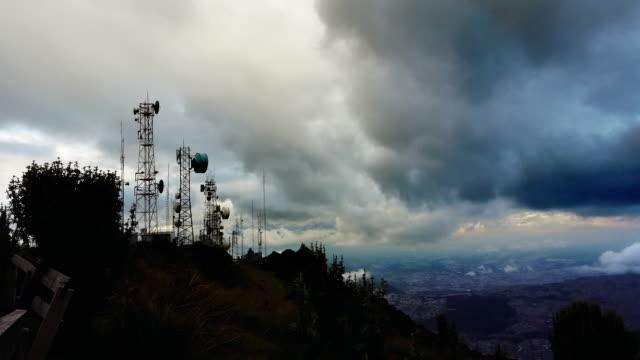 timlapse de antenas y a la ciudad, en el fondo en ecaudor Quito de pichincha a las montañas