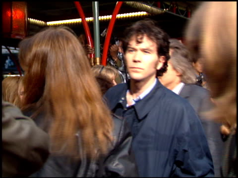 vidéos et rushes de timothy hutton at the 'french kiss' premiere at grauman's chinese theatre in hollywood, california on may 1, 1995. - embrasser sur la bouche