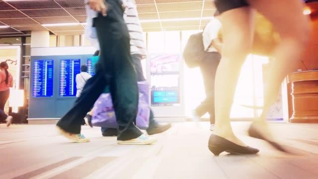 timpe von einer menschenmenge, die in den flughafen spazieren. - schuhwerk stock-videos und b-roll-filmmaterial