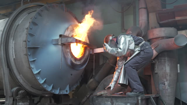 stockvideo's en b-roll-footage met tin in the furnace - hoogoven