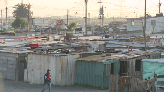 stockvideo's en b-roll-footage met tin shacks in south africa - sloppenwijk