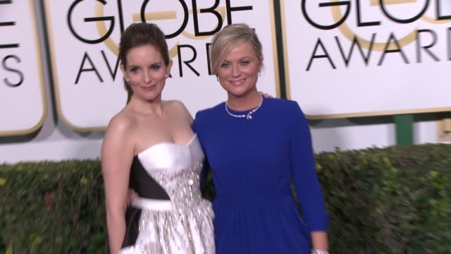 vídeos y material grabado en eventos de stock de tina fey and amy poehler at the 72nd annual golden globe awards arrivals at the beverly hilton hotel on january 11 2015 in beverly hills california - tina fey
