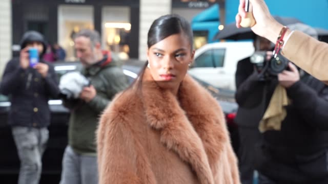 slomo tina kunakey arriving at stella mccartney at celebrity sightings paris fashion week womenswear fall/winter 2020/2021 on february 24 2020 in... - stella mccartney marchio di design video stock e b–roll