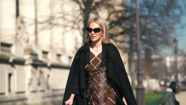vídeos y material grabado en eventos de stock de tina leung wears sunglasses, a black jacket, a brown dress, boots, outside maison margiela, during paris fashion week womenswear fall/winter... - vestimenta para mujer