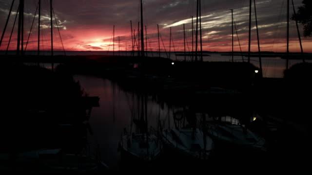 vídeos de stock e filmes b-roll de tiny harbor during dusk - marina
