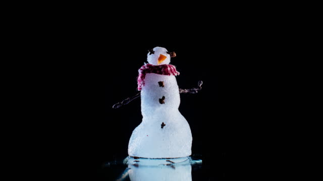 vídeos de stock e filmes b-roll de tiny melting snowman on black time lapse - fundição