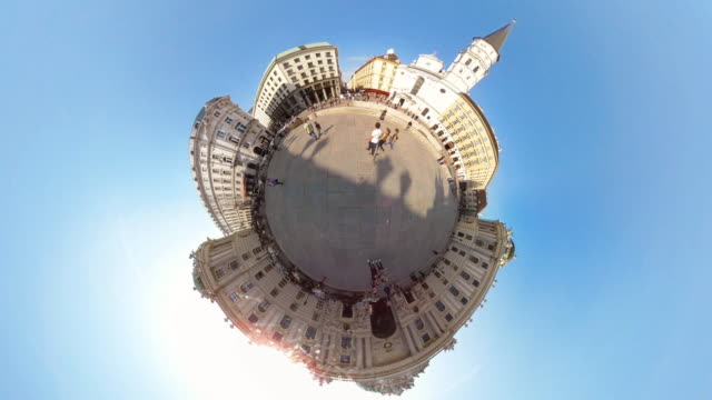 vídeos de stock e filmes b-roll de tiny planet vienna michaelerplatz- 360° time lapse - pequeno