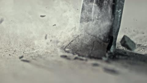 slo mo ld tipp der meißel chipping away beton - rohmaterial stock-videos und b-roll-filmmaterial